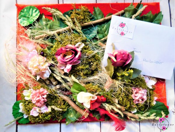 Präsentbrett mit Blumen und Deko