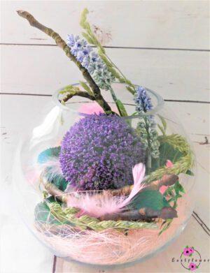 Kugelvase mit Blume und Deko
