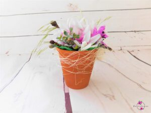 Terrakottatopf mit weiß-lila Blüte