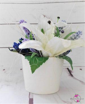 Topfgesteck mit weißen Lilien im weißen Topf