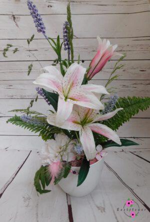 Liliengesteck mit recycelter weißer Topf