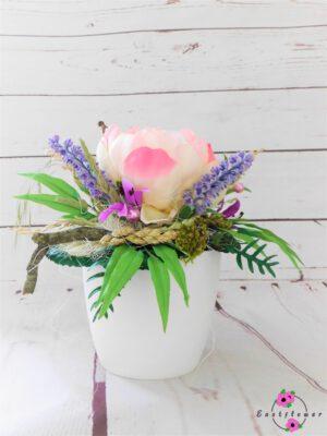 Topfgesteck mit rosa Pfingstrose im weißen Topf