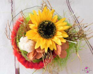 Tellergesteck mit gelber Sonnenblume